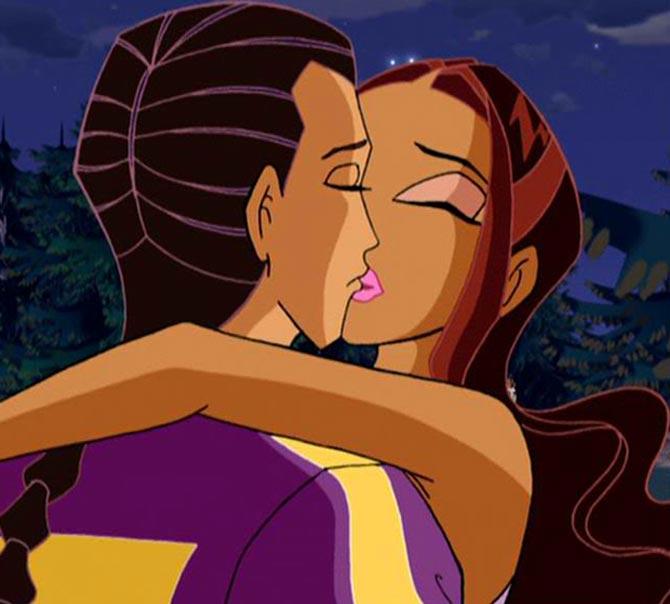 Лейла и Набу целуются.