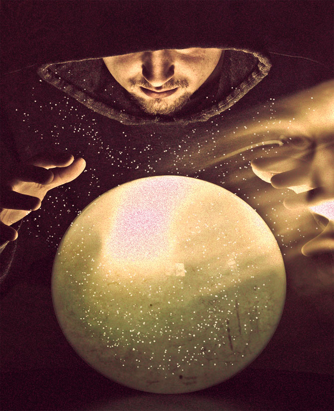 Магический шар и колдун.