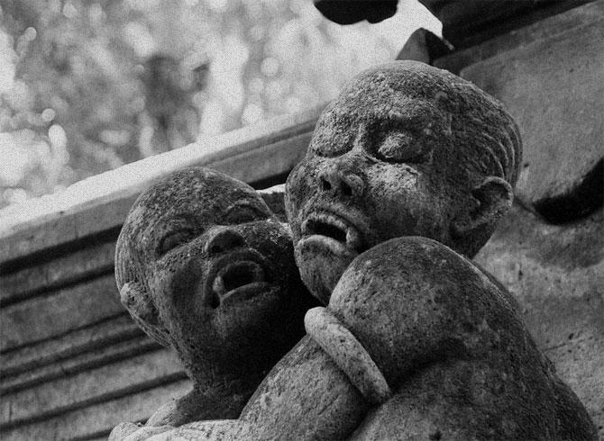 Каменная статуя двух демонов.