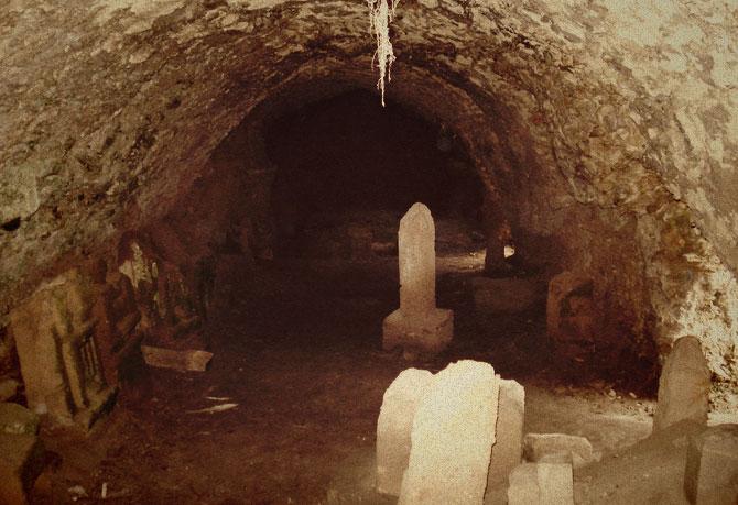 Холодная одинокая пещера.